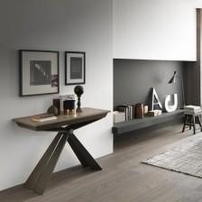 Tavolo consolle di design allungabile, piano Nobilitato Rovere Nodato Caramel N35; struttura Bronzo Goffrato M19